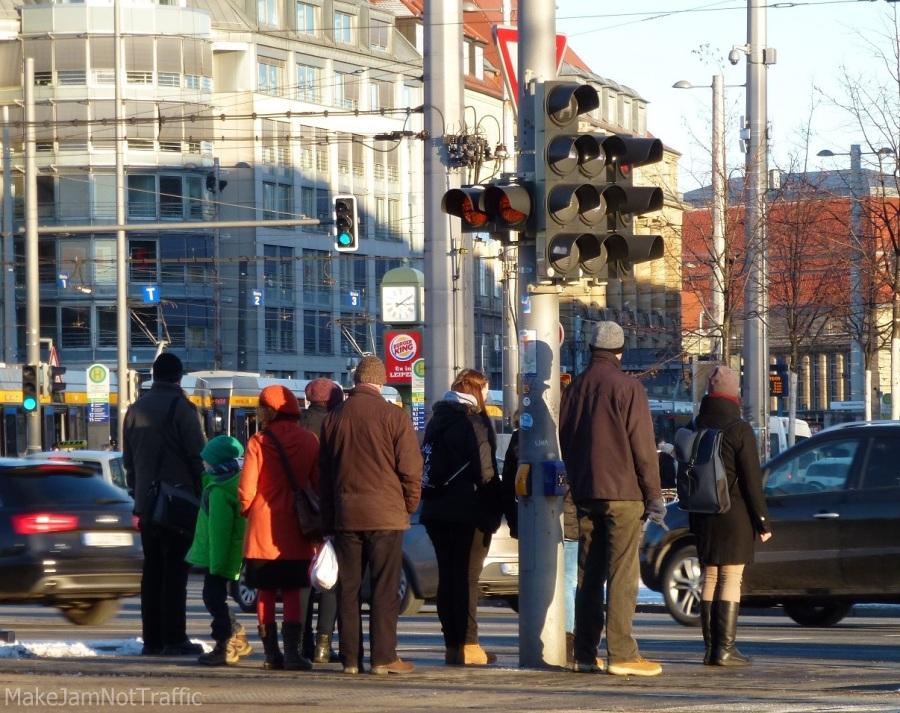 Fußgänger warten an Ampel