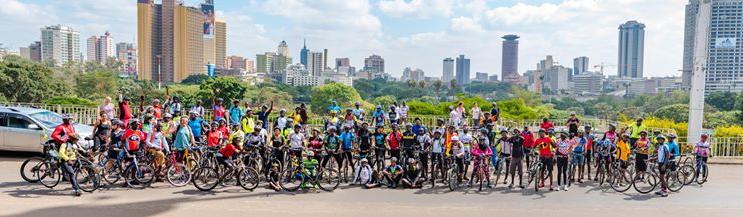 Mitglieder der Critical Mass Nairobi vor Skyline
